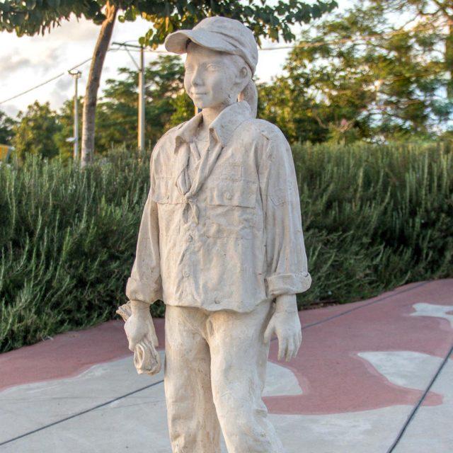 פסל הנערה בצופים – כיכר דרך הים