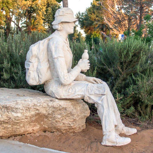 פסל המטיילת – כיכר דרך הים