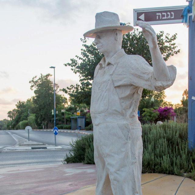 פסל הפרדסן – כיכר דרך הים