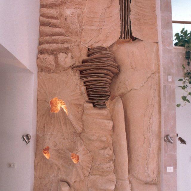 פסל קיר מעוצב מבטון בכניסה לבית